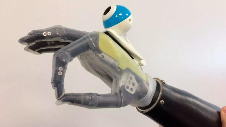 """Nueva prótesis de mano con una cámara podrá """"ver"""" los objetos para tomarlos más rápidamente"""