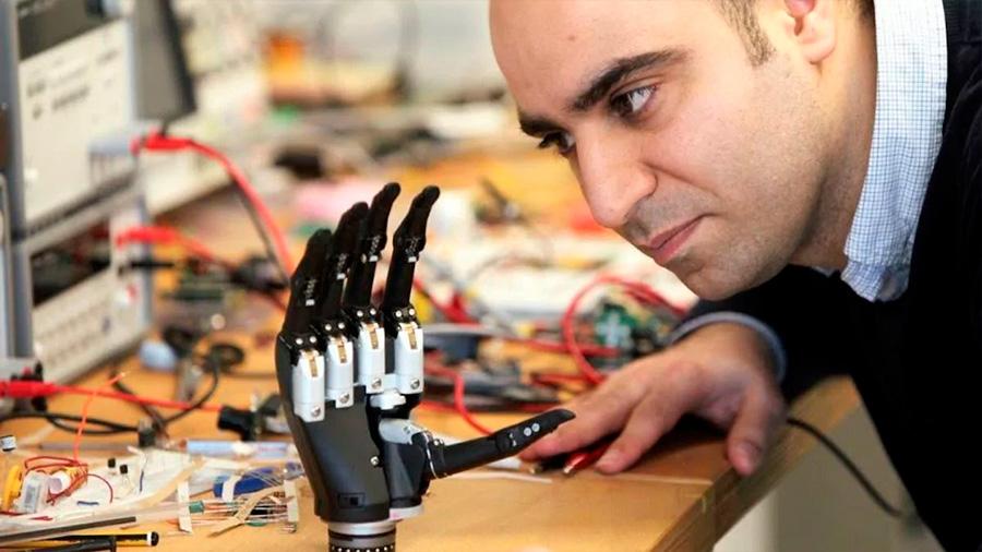 """Cómo es la revolucionaria mano biónica que """"ve"""" los objetos"""