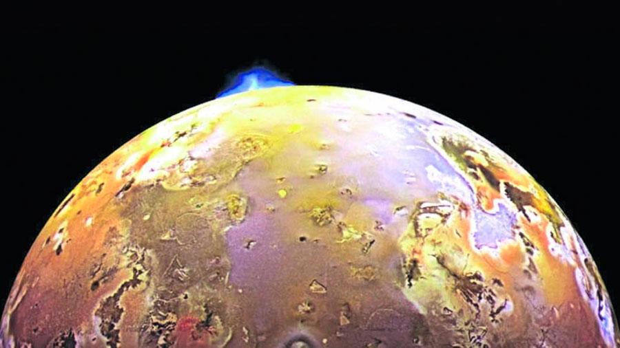 Dos grandes olas de lava atraviesan el cráter más activo del Sistema Solar
