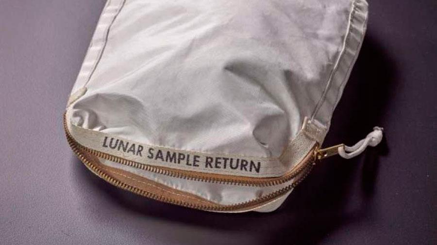 Subastan una bolsa con polvo lunar de Neil Armstrong