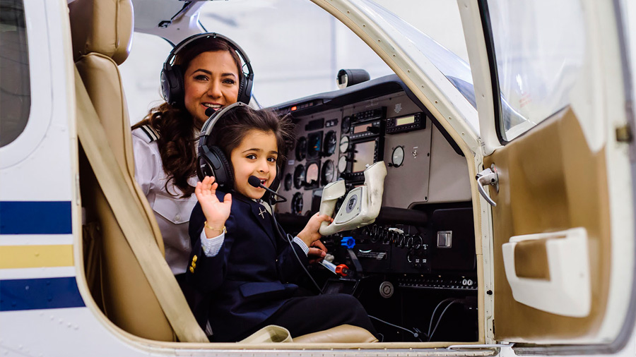 La odisea de la mujer piloto que busca educar a millones de niñas