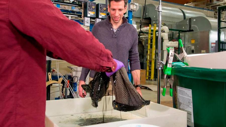 Inventan una esponja reutilizable que recoge derrames de petróleo