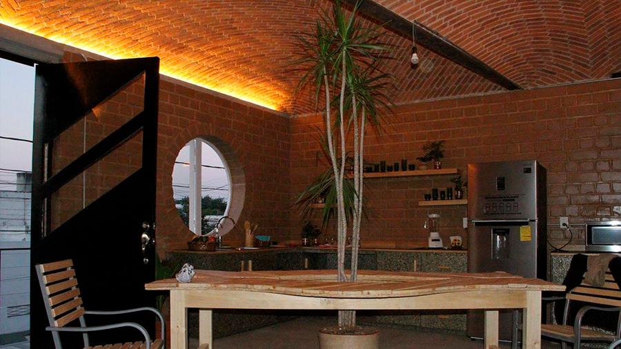 Biotecnólogo mexicano en Australia crea proyecto de casa urbana sustentable a base de materiales desechables