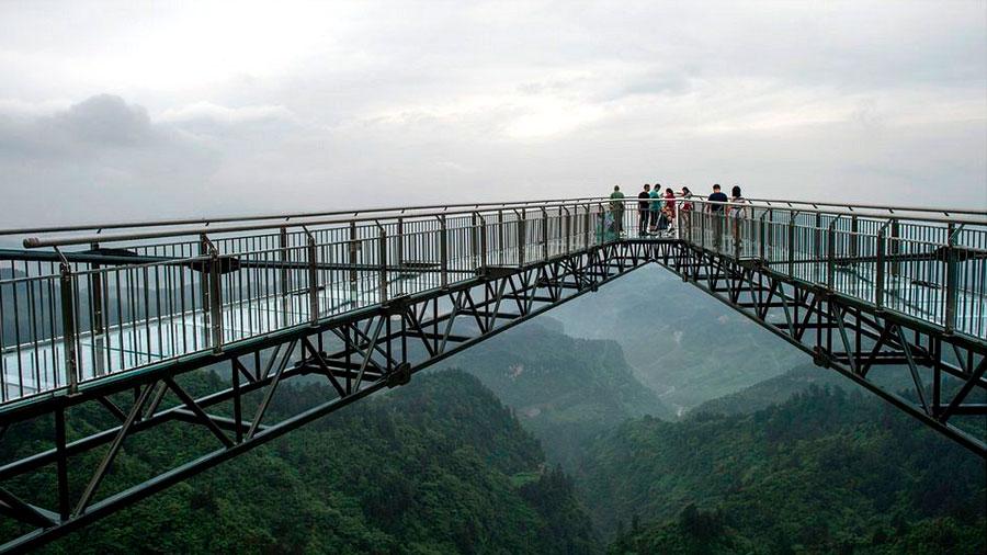 China se vuelve a superar a sí misma: crea el mirador de vidrio suspendido sobre un acantilado más largo del mundo