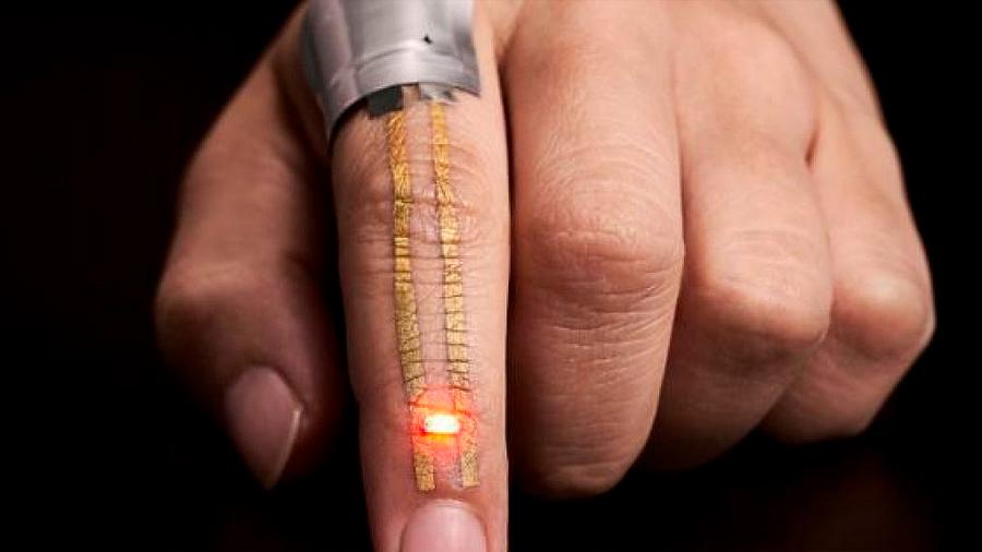 Un parche transpirable se adhiere a la piel para medir las constantes vitales