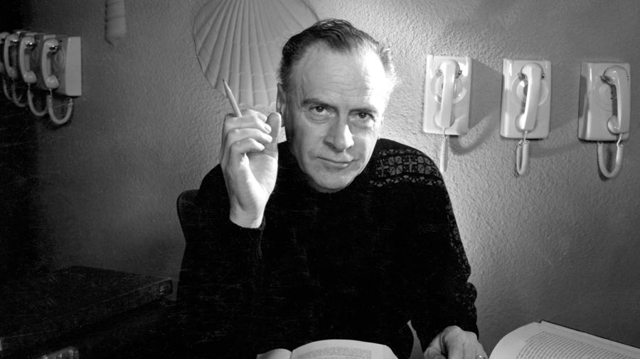 """Marshall McLuhan, el """"profeta de la era digital"""" que predijo internet 20 años antes de que se inventara"""