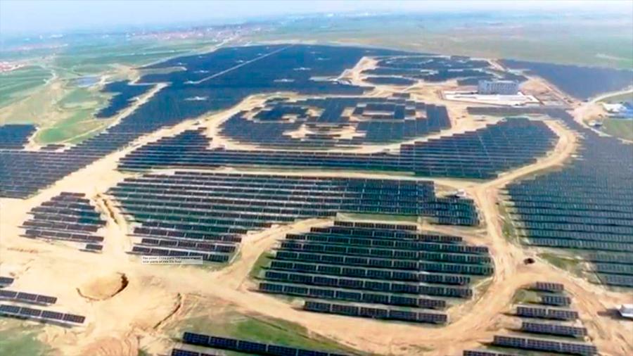 Inauguran una planta de energía solar en forma de oso panda en China