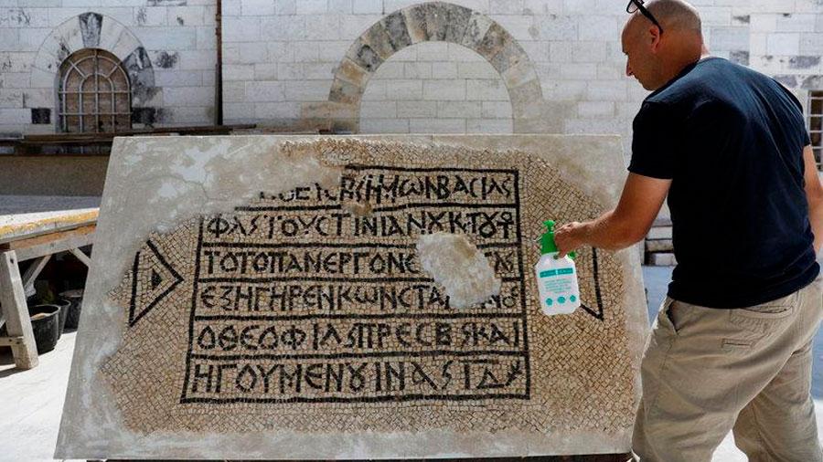 Arqueólogos descubren un mosaico de 1.500 años de antigüedad en griego en Jerusalén