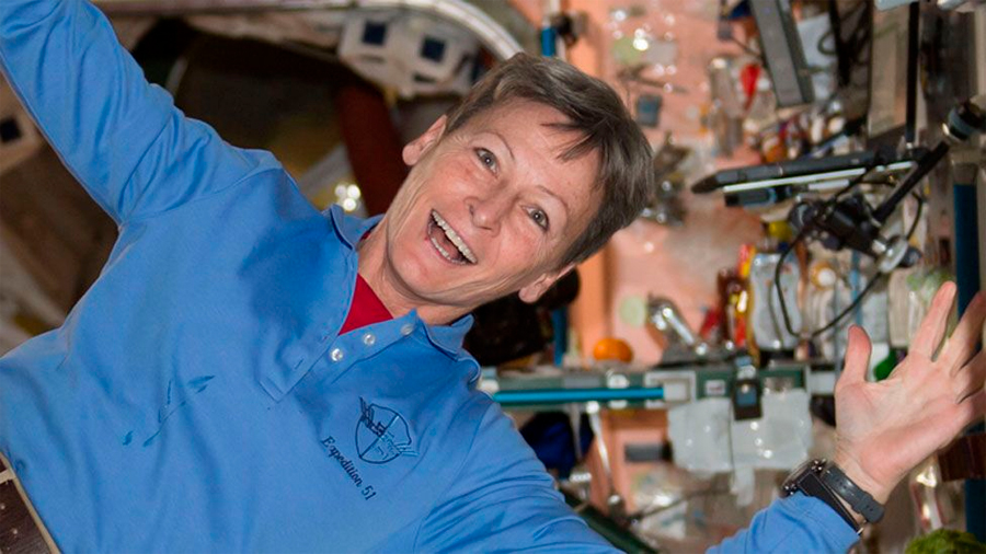 La astronauta que batió récord de permanencia en el espacio regresó a la Tierra