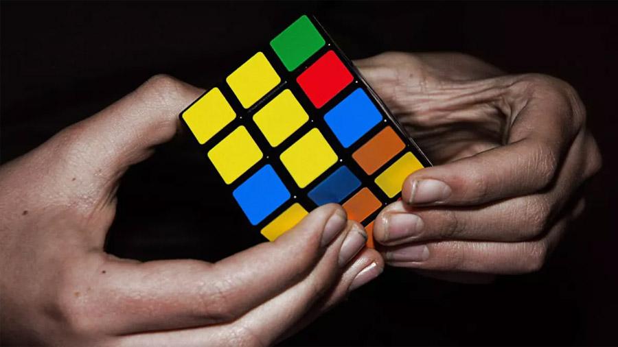 Cómo resolver el cubo de Rubik en cinco pasos, explicado en una genial infografía