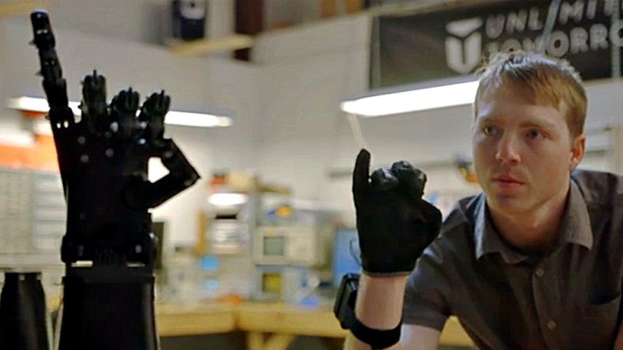 Ingeniero de 21 años crea una réplica exacta del brazo de una niña