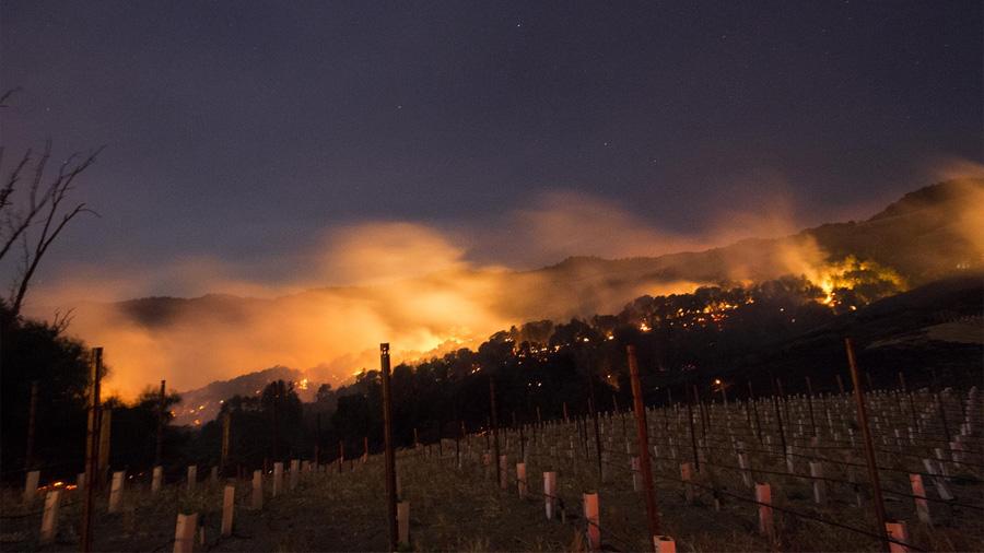 """""""Todo parece una infernal zona de guerra"""": un """"histórico"""" incendio arrasa la región del vino de California, EE.UU, y deja al menos 21 muertos y 150 desaparecidos"""