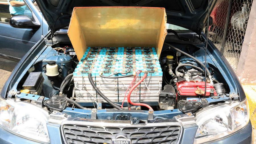 Académico mexicano logra convertir un auto de gasolina a eléctrico