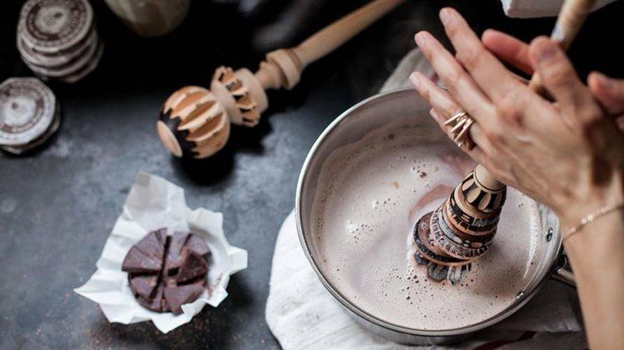 La ciencia detrás de la receta de la abuela para preparar chocolate espumoso usando un molinillo