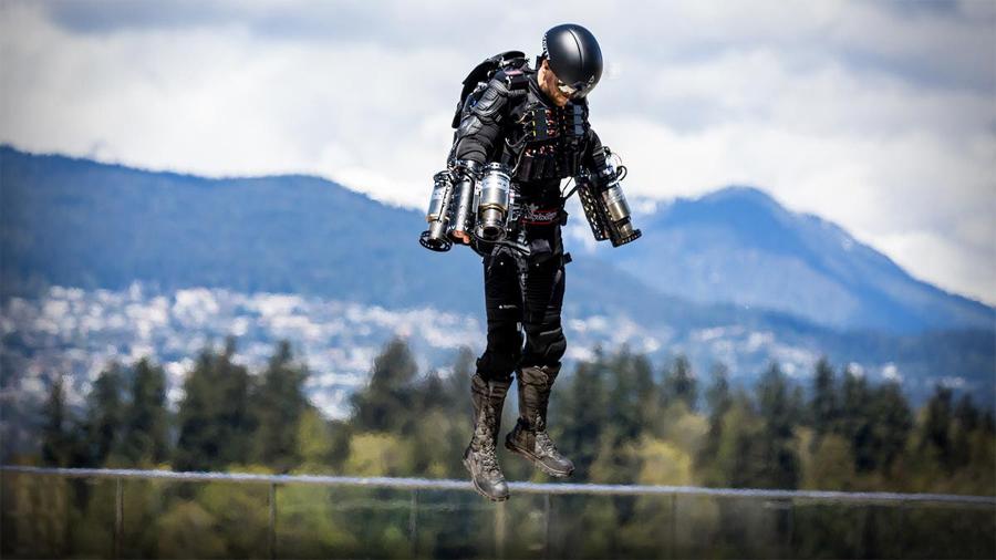 """El """"Iron Man"""" que batió un record mundial al sobrevolar un lago con un traje de propulsión"""