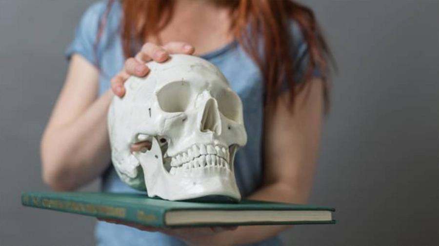 ¿Se puede matar a una persona derramando veneno por el oído?