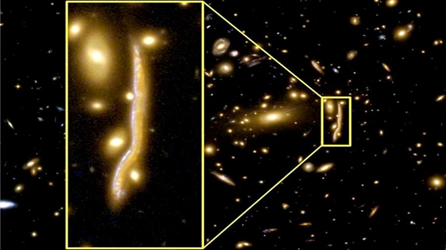 Una galaxia se hace 'serpiente cósmica' por una lente gravitacional