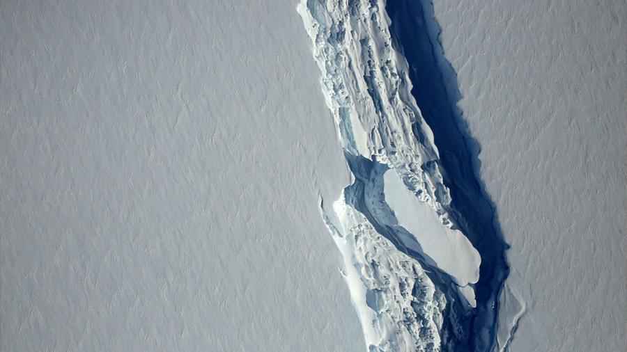 El iceberg gigante A68 (5,800 kilómetros cuadrados) se interna en mar abierto