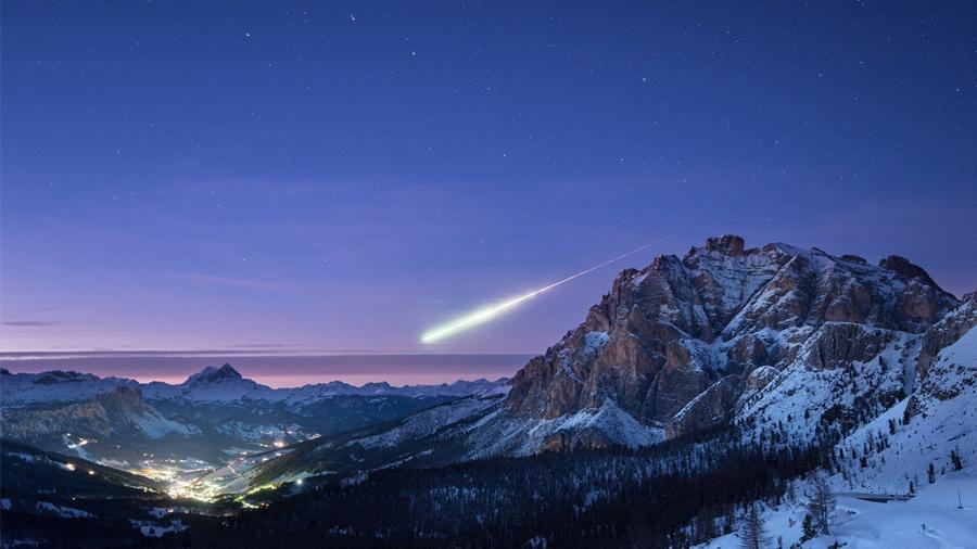 Impresionante y casual imagen de una bola de fuego sobre los Alpes