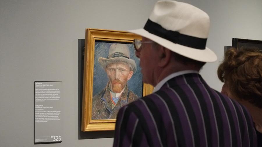 Bichos, cráteres y otros diminutos secretos que esconden las obras de arte de los museos
