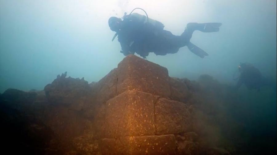 Arqueólogos descubren un misterioso castillo de hace 3,000 años sumergido en el mayor lago de Turquía