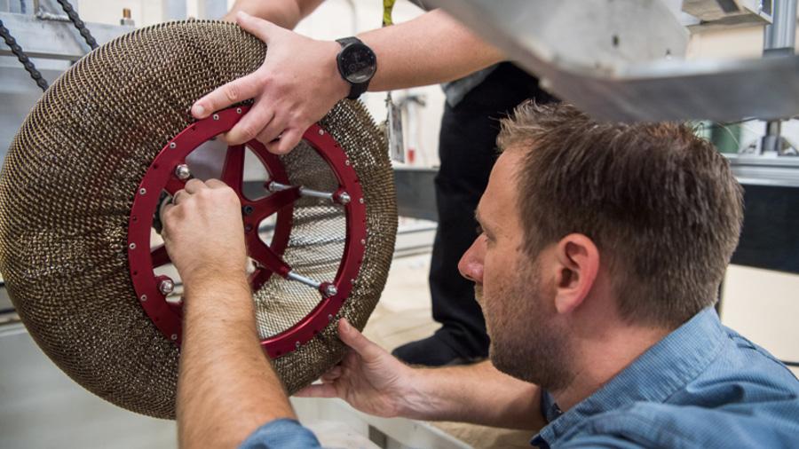 La NASA ha reinventado la rueda con un nuevo neumático de metal que no se deforma, se desgasta o se pincha
