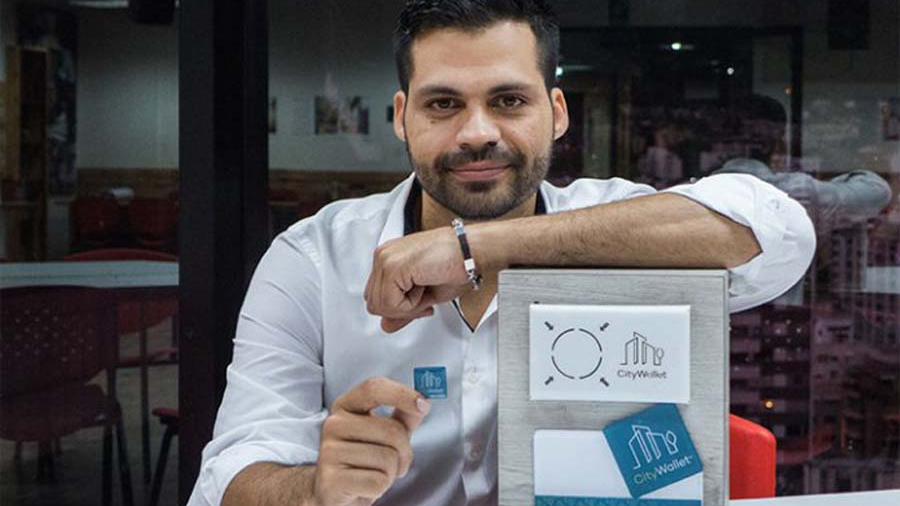 """Venezolano creó empresa que digitaliza la moneda para realizar micropagos mediante una """"calcomanía"""""""
