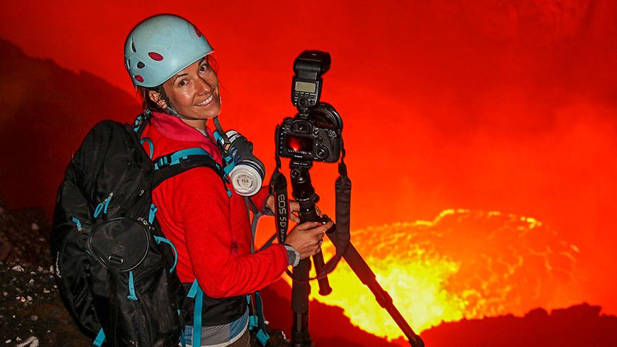 """""""Descendí 600 metros dentro de un volcán activo"""": las intensas experiencias de Ulla Lohmann, una fotógrafa que retrata erupciones"""
