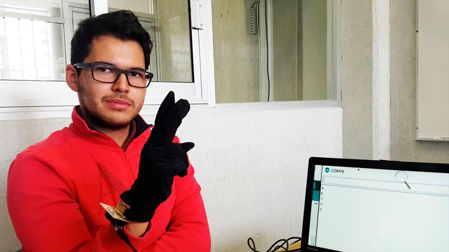 Diseñan guante que traduce el lenguaje de señas en texto