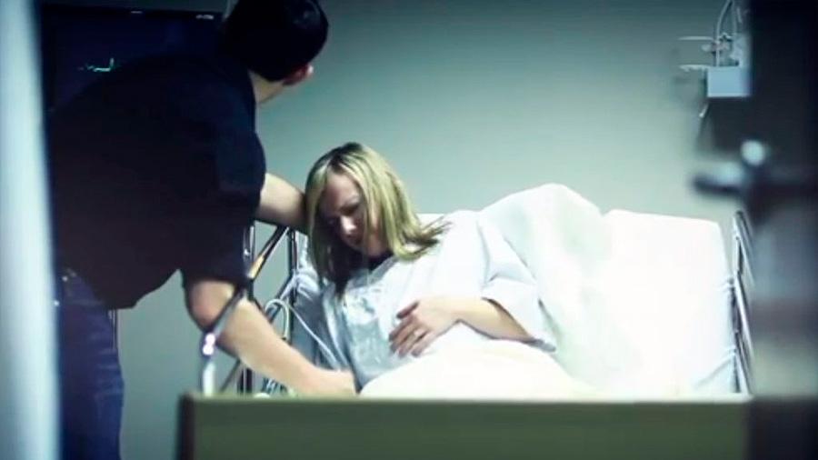 Murió mientras daba a luz, entonces el doctor descubre algo y la lleva inmediatamente a cirugía