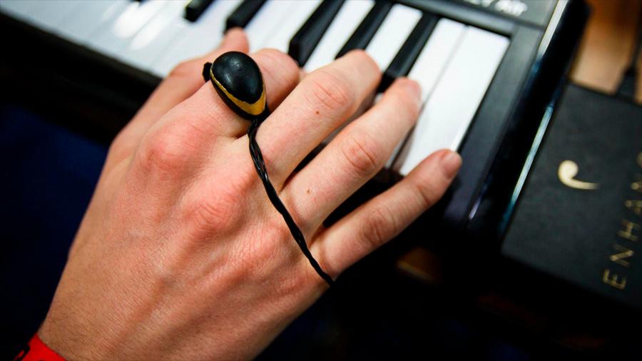 Un anillo para darle efecto a la música con un movimiento de la mano