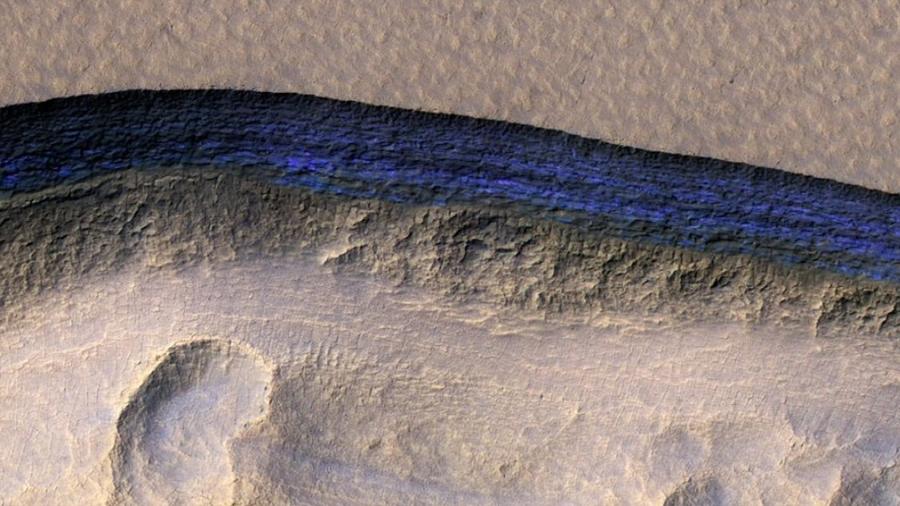 Encuentran grandes cantidades de hielo a un metro de profundidad en Marte