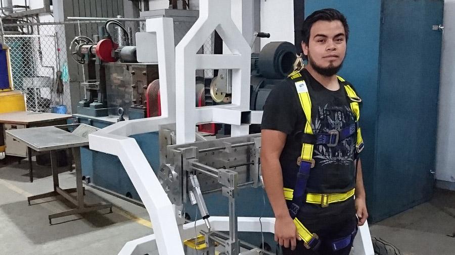 Científico mexicano crea caminadora económica para personas con discapacidad