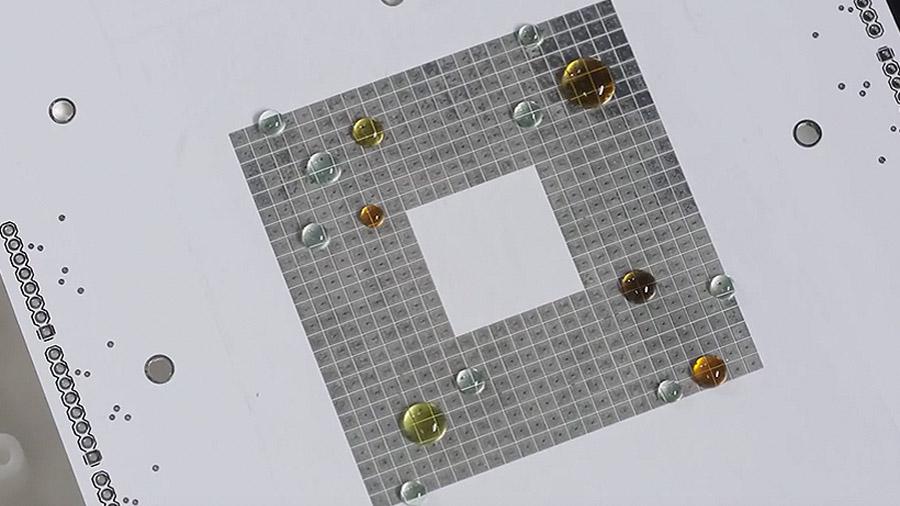 """Científicos crean """"gotas programables"""" para probar reacciones en paralelo"""