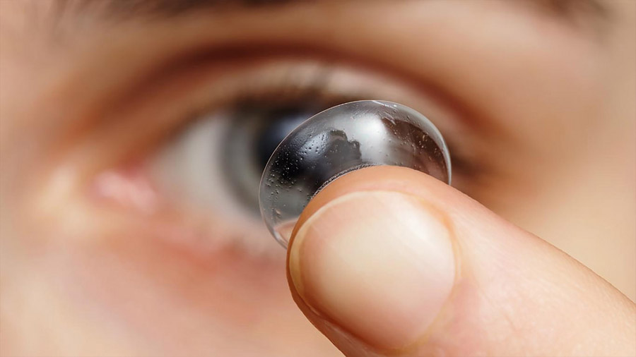 Diseñan lentes de contacto que se disuelven en el ojo y fármaco