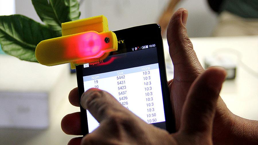 Estudiantes colombianos crean accesorio para celular que mide clorofila en plantas
