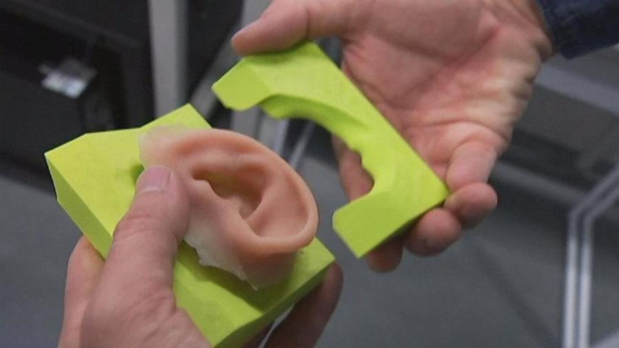 Científicos chinos lograron implantar orejas creadas con impresoras 3D