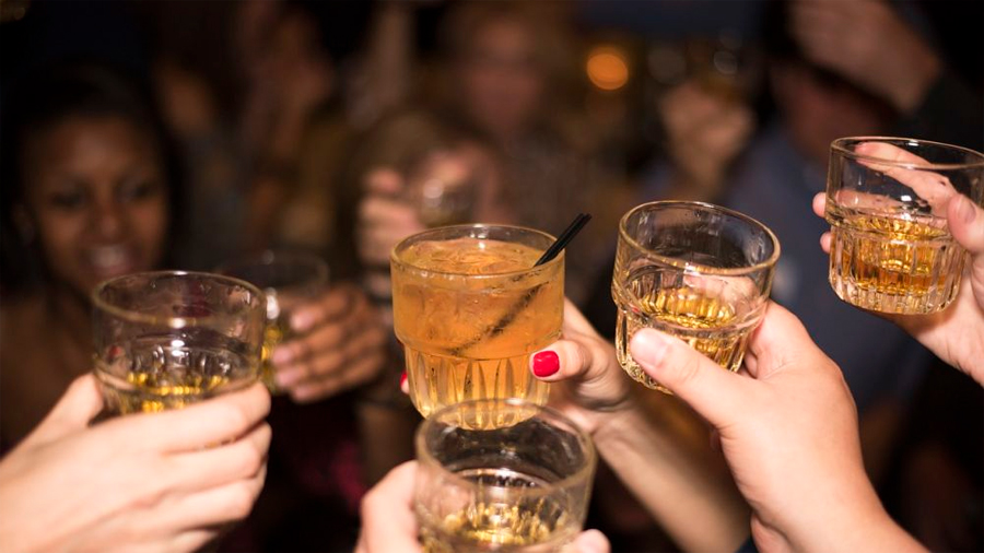 Una joven que fue drogada y violada crea una servilleta que alerta de la presencia de sustancias en las bebidas