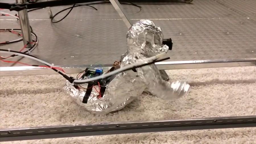 Crean un robot para ver cuántos microbios inhala un bebé cuando gatea
