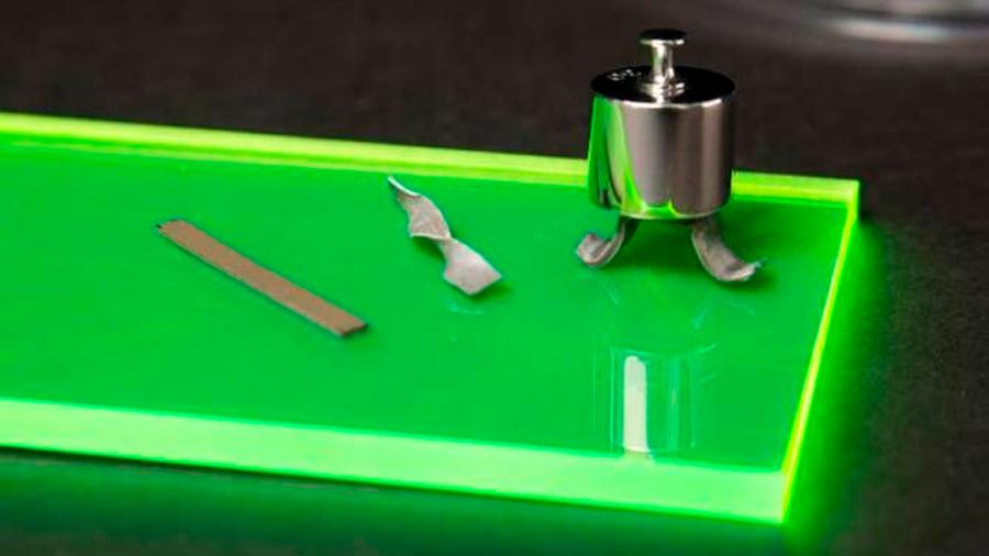 Crean singular material que se vuelve rígido tras ser doblado, retorcido o presionado