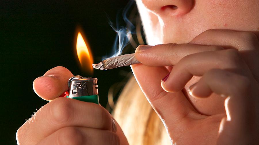 Un misterioso síndrome que sufren los fumadores de marihuana preocupa a los científicos