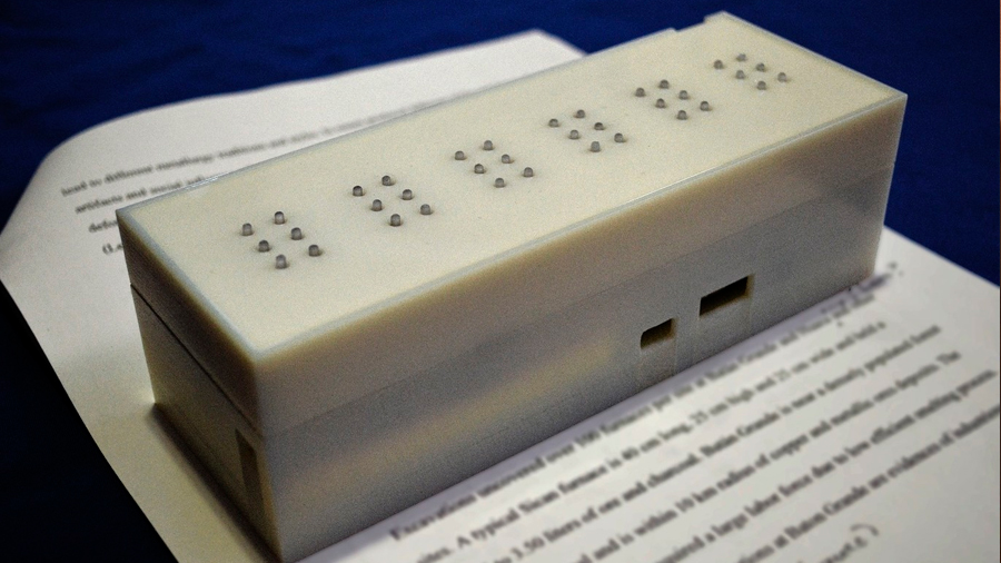 Crea innovadora colombiana teclado vibratorio que permite a alguien sordo-ciego enviar y recibir mensajes por tacto