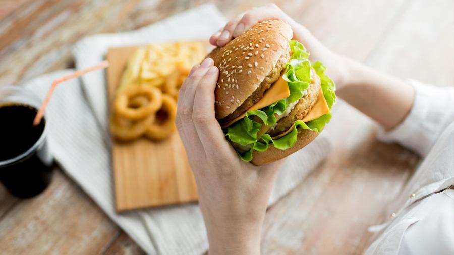 La comida basura hace más agresivo al sistema inmune, revela investigación