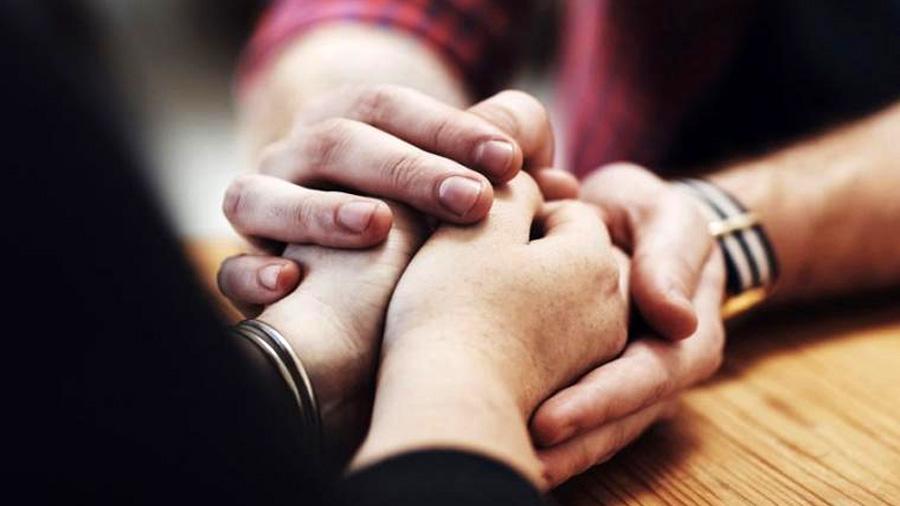 Cogerle la mano a una persona podría reducir el dolor