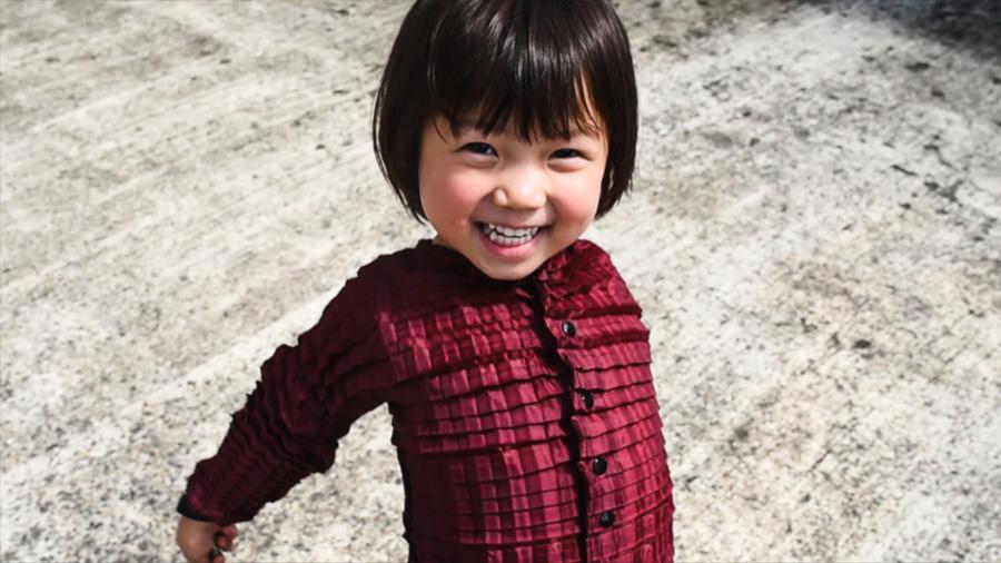 Crean línea de ropa que se estira y adapta al cuerpo de los niños mientras crecen