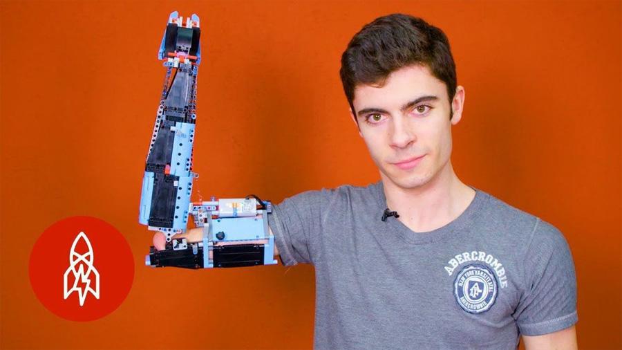 Joven construyó una prótesis de brazo para sí mismo usando Lego