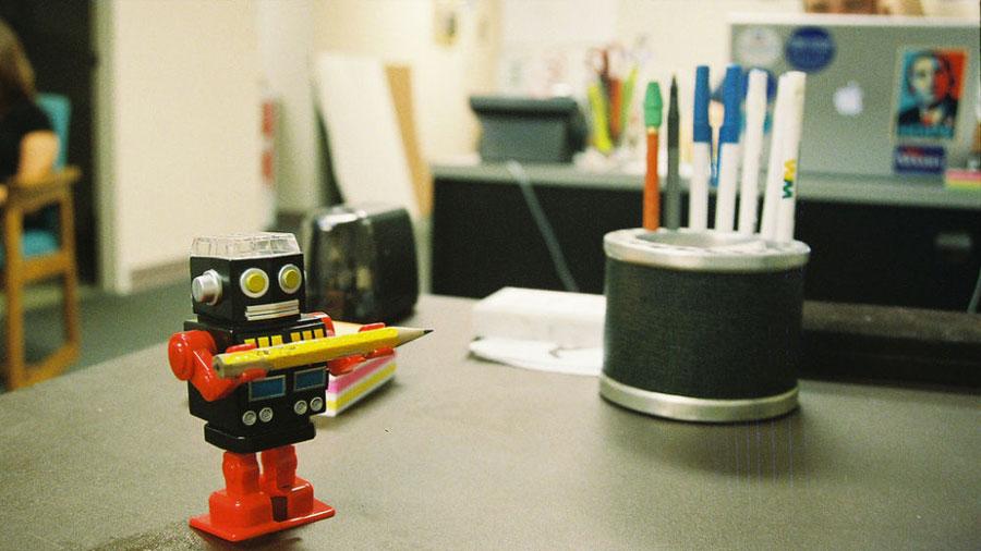 La humorista que se ríe de los robots poniéndolos a tejer o a inventar refranes