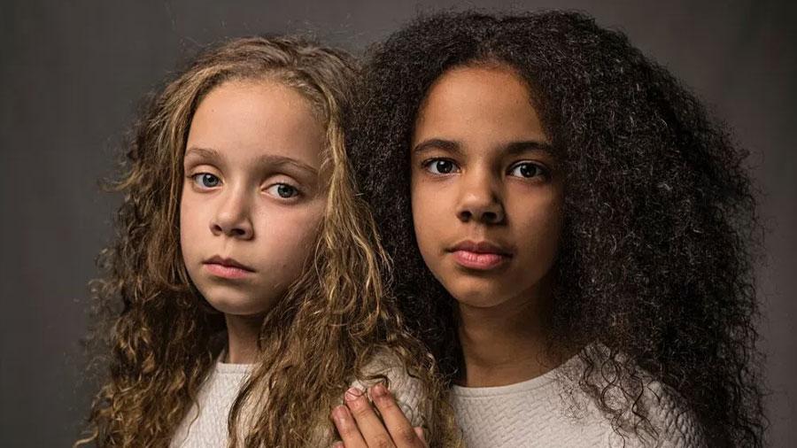 """Una negra y otra blanca: las mellizas que """"desafían las teorías raciales"""""""