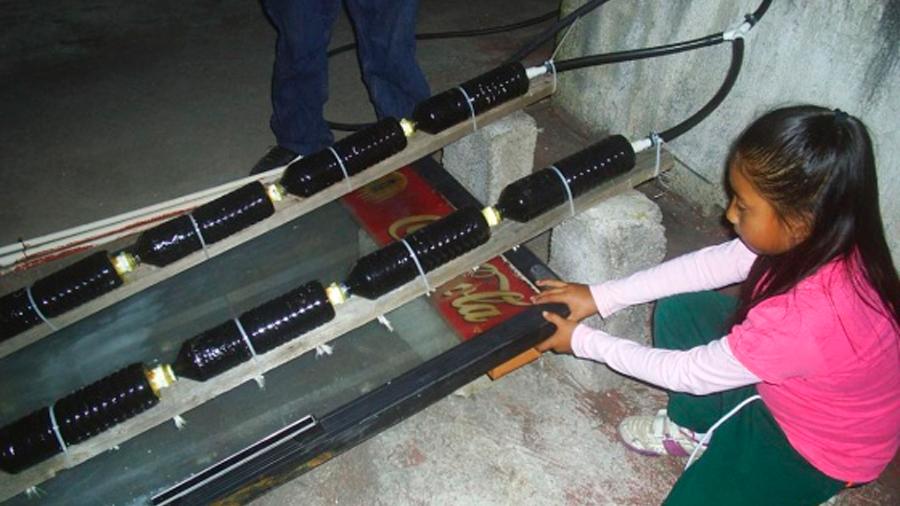 Una mexicana de 8 años fabrica un calentador solar y gana un premio nacional de ciencia