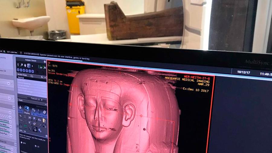 Investigadores descubren momia de 2 mil 500 años en sarcófago supuestamente vacío